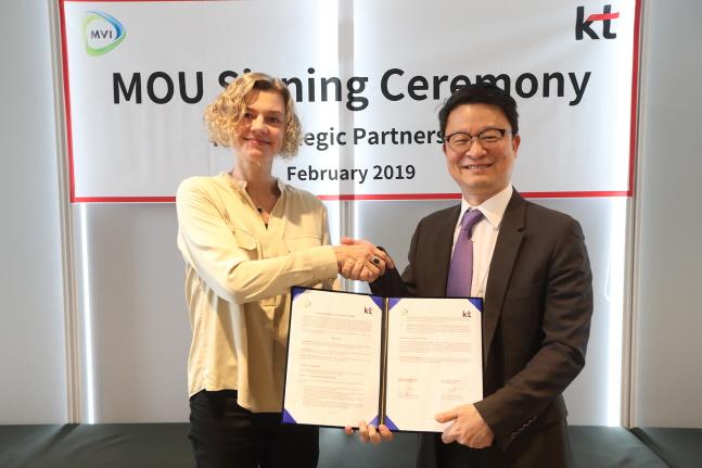 KT 글로벌사업개발 본부장 김영우 상무(오른쪽)와 MVI CEO 앙케길이 지난 15일 KT광화문 사옥에서 협약을 체결하고 있다. ⓒ KT