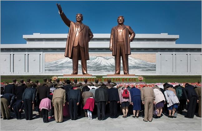 북한 주민들이 김일성·김정일 동상에 참배하고 있다.(자료사진)ⓒCNBC