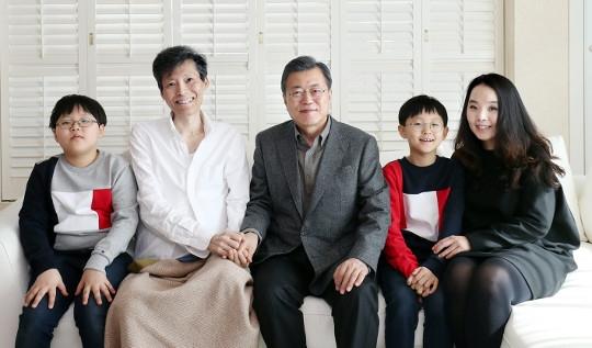 문재인 대통령이 17일 암 투병 중인 이용마 MBC 기자와 가족을 위로하고 있다.ⓒ이용마 기자 페이스북