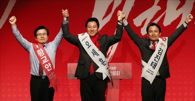 자유한국당 2.27 전당대회에 출마한 황교안, 오세훈, 김진태 후보가 18일 오후 대구 북구 엑스코에서 열린 자유한국당 대구·경북 합동연설회에서 당원들에게 손을 들어올리며 인사를 하고 있다. ⓒ데일리안 홍금표 기자