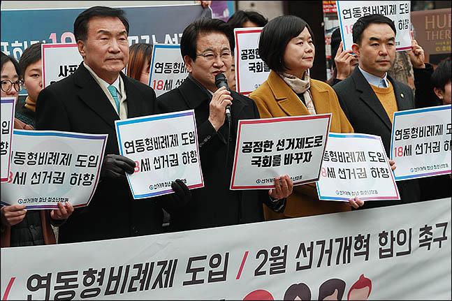 손학규 바른미래당 대표, 정동영 민주평화당 대표, 이정미 정의당 대표 등 참석자들이 18일 오후 서울 마포구 홍대 걷고 싶은 거리에서
