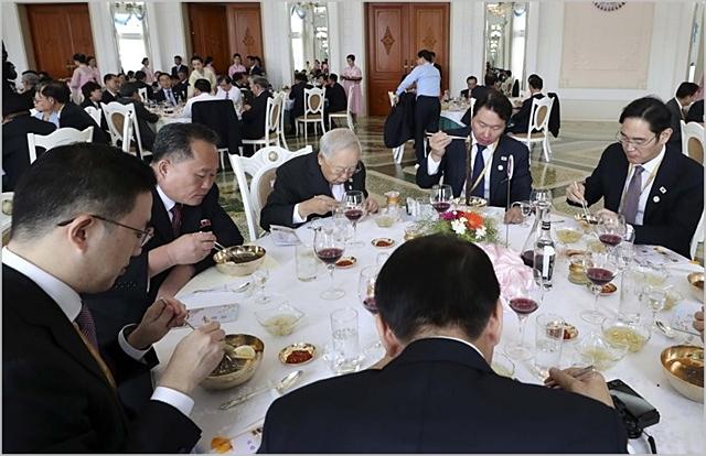 한국기업 총수들이 지난해 9월 평양 옥류관에서 열린 오찬에서 리선권 조국평화통일 위원장 등 북측 인사들과 한 테이블에서 식사하고 있다 ⓒ평양사진공동취재단