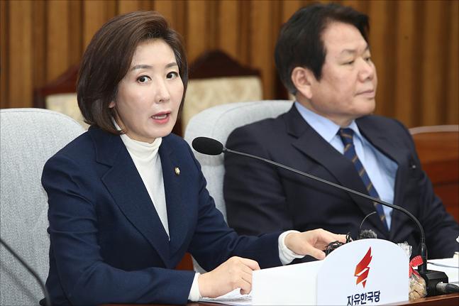 나경원 자유한국당 원내대표가 19일 오전 국회에서 열린 자유한국당 원내대책회의에서 모두발언을 하고 있다. ⓒ데일리안 홍금표 기자