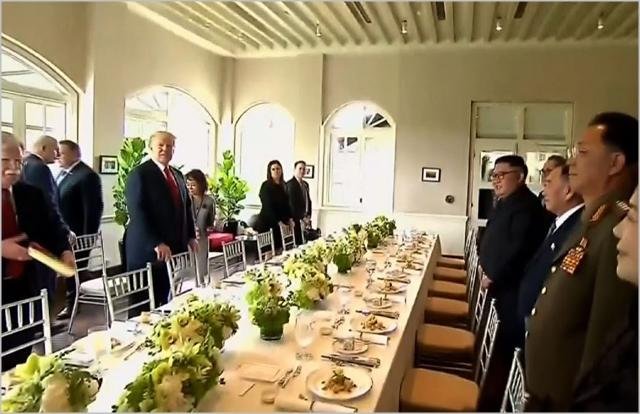 도널드 트럼프 미국 대통령과 김정은 북한 국무위원장이 싱가포르에서 회담을 마치고 업무오찬 장소로 들어서고 있다. ⓒBBC