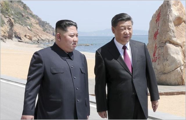 김정은 북한 국무위원장(왼쪽)과 시진핑 중국 국가주석이 지난해 5월 중국 다롄에서 2차 북중 정상회담을 진행하고 있다. ⓒ조선중앙통신