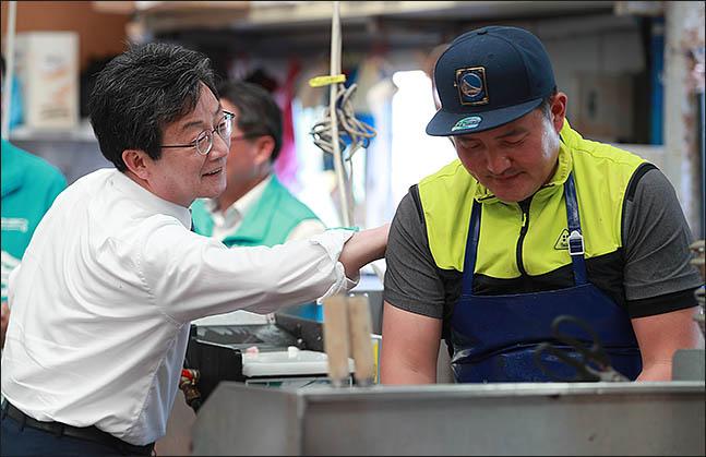유승민 바른미래당 전 대표가 지난해 6월 울산 북구 정자회직판장에서 시민과 악수를 하고 있다.(자료사진)ⓒ데일리안 류영주 기자