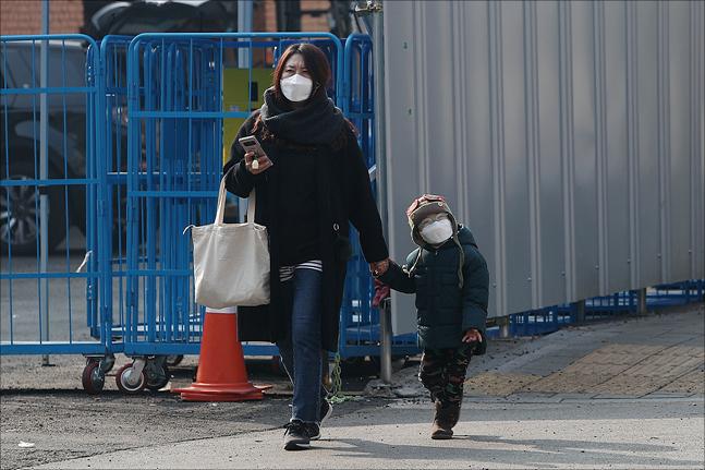 미세먼지 비상저감조치가 발령된 21일 서울 성동구에서 마스크를 착용한 시민들이 길을 지나고 있다. ⓒ데일리안 홍금표 기자