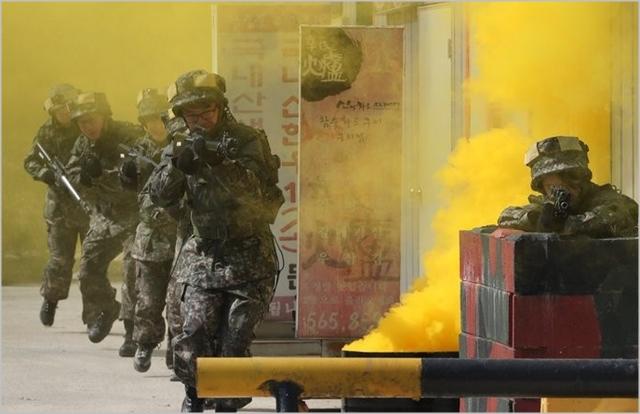 군 관계자들이 2017년 금곡 과학화 예비군 훈련장에서 시가지 전투훈련을 체험하고 있다 ⓒ연합뉴스