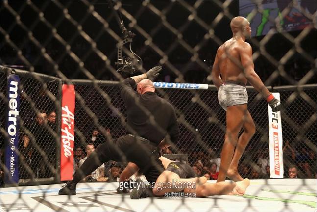 [UFC]구스타프손을 꺾고 라이트헤비급 챔피언에 재등극한 존존스(오른쪽). ⓒ 게티이미지