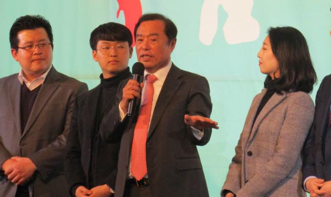 김병준 자유한국당 비상대책위원장이 25일 오후 서울 신촌에서 열린