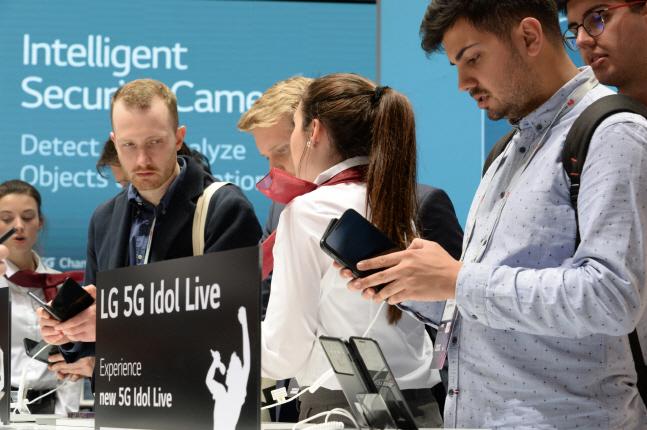 LG전자가 현지시간 25일부터 28일까지 나흘간 스페인 바르셀로나에서 열리는 'MWC 2019'에 참가했다. 전시장을 찾은 관람객들이 LG전자의 첫 5G 스마트폰