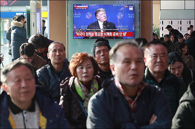 2차 미북정상회담이 열린 지난달 28일 오후 서울 용산구 서울역 대합실에서 시민들이 회담 결렬 뒤 도널드 트럼프 미국 대통령의 기자회견 모습을 지켜보고 있다. ⓒ데일리안 류영주 기자