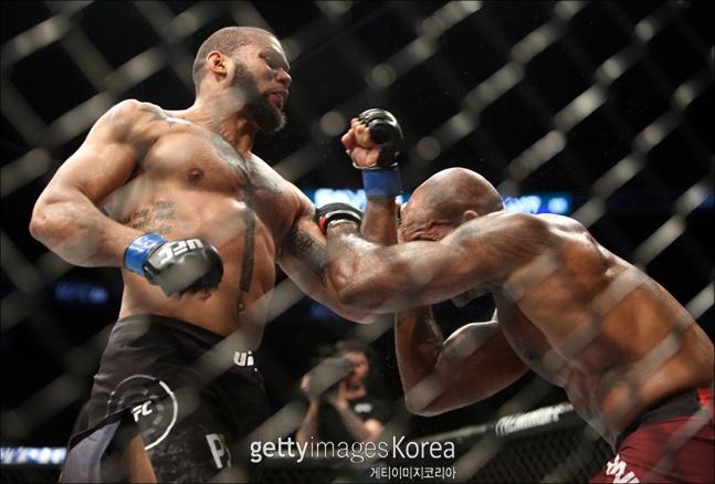 UFC 라이트헤비급으로 올라온 티아고 산토스(왼쪽)는 존스의 다음 상대로 거론되고 있다. ⓒ 게티이미지