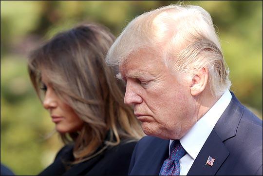 도널드 트럼프 미국 대통령과 멜라니아 트럼프 여사가 지난해 방한 당시 국립 현충원을 방문해 참배하는 모습. (자료사진) ⓒ사진공동취재단