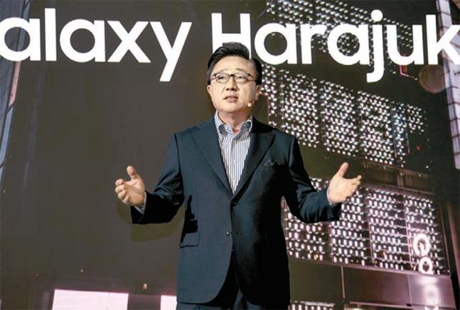 고동진 삼성전자 IM부문장(사장)이 지난 12일 일본 도쿄 갤럭시 하라주쿠 개관식에서 인사하고 있다. ⓒ 삼성전자