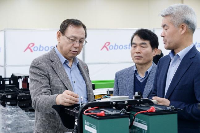 조성진 LG전자 부회장이 지난 11일 경기도 안산 로보스타 본사에서 다양한 산업용 로봇을 살펴보고 있다.ⓒLG전자