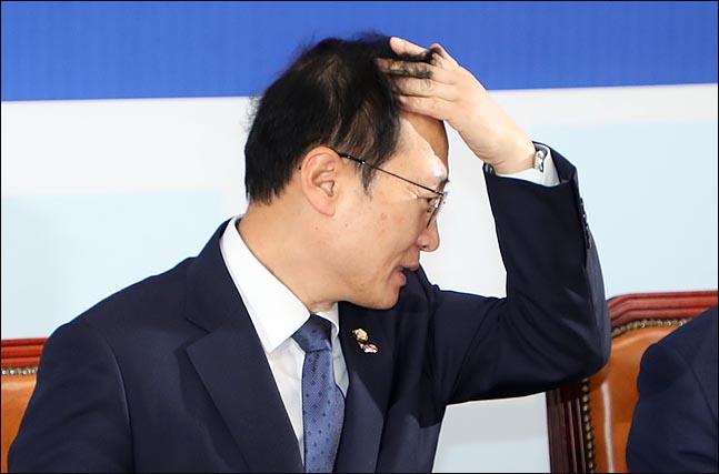 """홍영표 더불어민주당 원내대표가 14일 오전 국회에서 열린 정책조정회의에서 머리를 만지고 있다. 홍 원내대표는 """"선거제 개혁을 위한 여야 4당 공조를 의회민주주의 파괴라고 하는 자유한국당의 주장은 궤변""""이라고 한국당을 비판하며 """"무엇보다 한국당이 의회민주주의를 입에 올릴 자격이 있나. 유치원 3법 처리를 가로막아 한유총의 불법 사태를 불러오고 5·18 진상조사위원회에 극우인사를 추천해 조사위의 출범을 가로막는 것도 한국당""""이라고 말했다. ⓒ데일리안 박항구 기자"""
