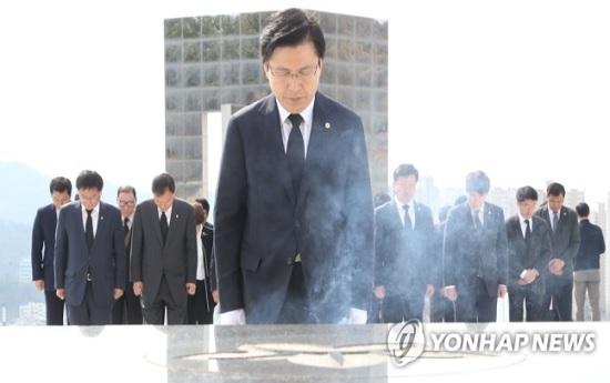황교안 자유한국당 대표가 15일 오전 경남 마산의 국립 3·15 민주묘역을 방문해 민주영령들에게 헌화·분향한 뒤 묵념하고 있다. ⓒ연합뉴스