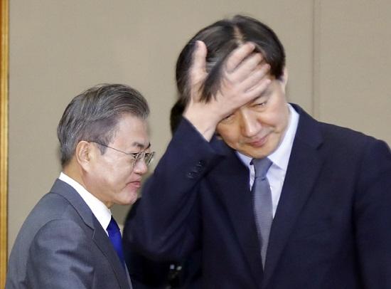 조국 민정수석이 2018년 11월 20일 청와대에서 열린 제3차 청와대 반부패정책협의회에 참석해 머리를 쓸어올리고 있다. 뒤로 문재인 대통령이 입장하고 있다. ⓒ연합뉴스