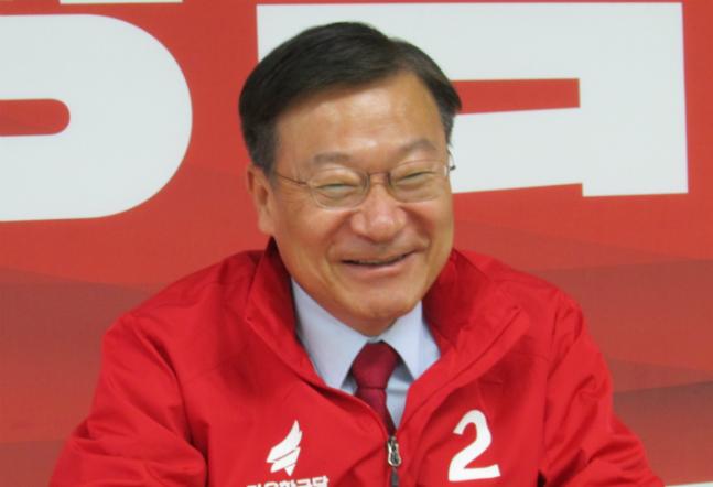 4·3 통영고성 재선거에 출마한 정점식 자유한국당 후보가 17일 오후 북신동 선거사무소에서 데일리안과 인터뷰를 갖고 있다. ⓒ데일리안 정도원 기자