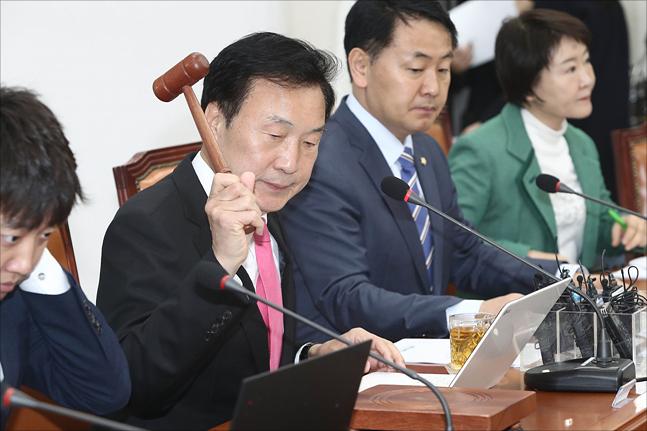손학규 바른미래당 대표가 18일 오전 국회에서 열린 바른미래당 최고위원회의에서 의사봉을 두드리고 있다. ⓒ데일리안 홍금표 기자