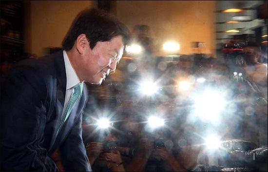 안철수 바른미래당 전 서울시장 후보가 12일 오후 서울 여의도 한 카페에서 열린 기자간담회에 참석하며 취재진들과 악수를 하고 있다. 안 전 후보는 정치 일선에서 물러나 성찰과 채움의 시간을 갖고자 한다고 밝혔다.(자료사진)ⓒ데일리안 박항구 기자