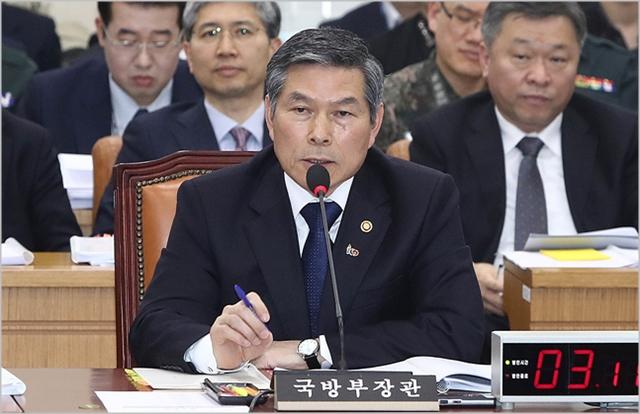 정경두 국방부 장관이 지난 18일 국회에서 열린 국회 국방위원회 전체회의에서 여야 의원들의 질의에 답변하고 있다. ⓒ데일리안 홍금표 기자