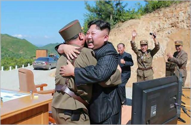 김정은 북한 국무위원장이 2017년 9월 대륙간탄도미사일(ICBM) '화성-14형' 시험발사에 성공하고 기뻐하고 있다. ⓒ노동신문