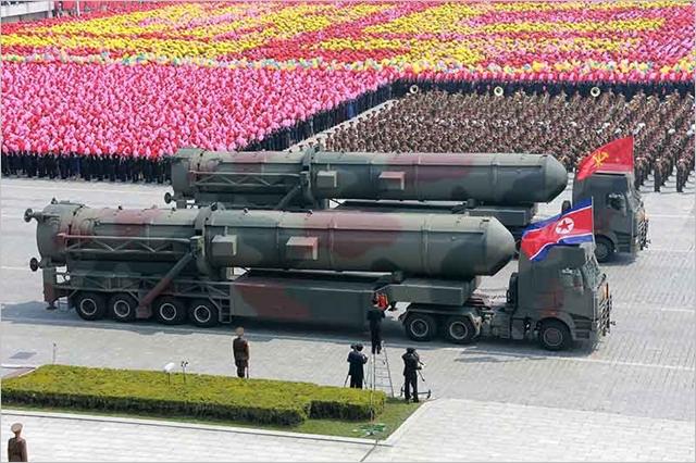 북한이 2017년 4월 태양절 기념 열병식을 진행하면서 신형 대륙간탄도미사일을 공개하고 있다. ⓒ조선의오늘