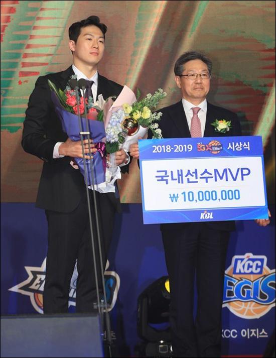 국내 선수 MVP에 오른 KCC 이정현. ⓒ 연합뉴스