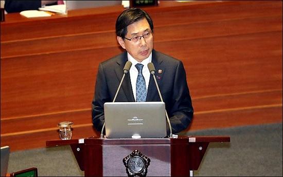 박상기 법무부 장관이 지난 19일 오후 열린 국회 본회의 정치분야 대정부 질문에서 의원들의 질문에 답변하고 있다. ⓒ데일리안 박항구 기자