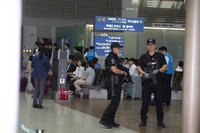 2016년 6월29일 인천공항터미널에서 열린 일자리 우수기업방문에서의 기관총을 든 경호원의 모습.(청와대 제공)