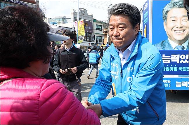4·3 경남 통영·고성 국회의원 재선거 공식선거운동이 시작된 이후 첫 주말을 맞은 23일 양문석 더불어민주당 후보가 통영시 중앙시장 부근 거리에서 시민들의 손을 잡으며 지지를 호소하고 있다. ⓒ데일리안 박항구 기자