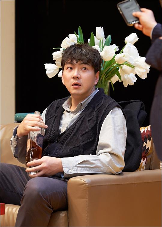 배우 송일국이 2년 만에 오른 연극 무대에서 더 깊어진 연기를 선보여 호평을 받았다. ⓒ 씨제스엔터테인먼트