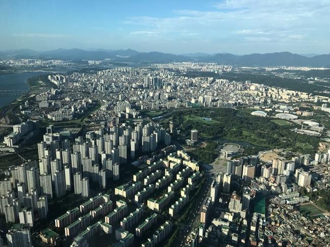 이번 주 정비사업 시장은 건설사들이 어느 때보다 분주한 모습이다. 당장 지난 25일에만 서울 재건축·재개발 3곳이 입찰을 마감했다. 서울 일대 아파트 전경. ⓒ권이상 기자