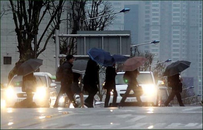 화요일인 26일은 전국이 흐리거나 비가 오다가 낮부터 맑아질 것으로 보인다. (자료사진)ⓒ데일리안 박항구 기자