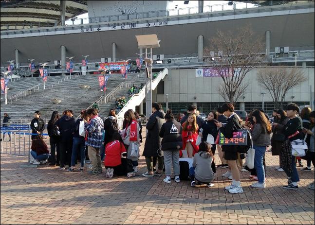 콜롬비아와의 A매치 평가전이 열린 26일 오후 많은 관중들이 일찌감치 경기장에 도착해 입장을 기다리고 있다. ⓒ 데일리안 김평호 기자