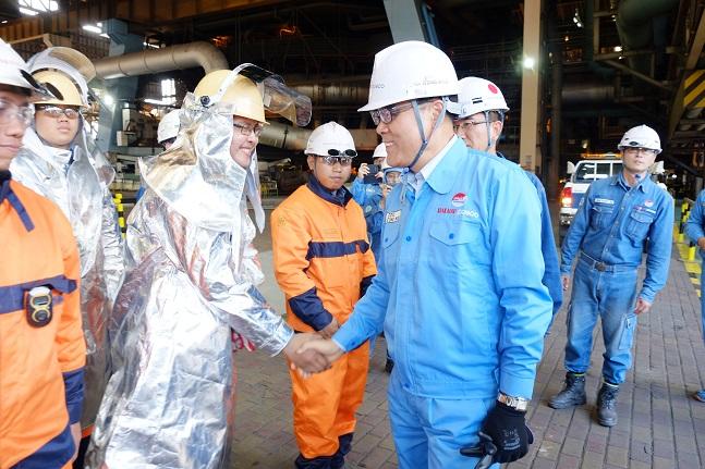 최정우 포스코 회장이 지난달 25일 인도네시아 크라카타우 포스코 제철소를 방문해 고로 앞에서 현장직원을 격려하고 있다. ⓒ포스코