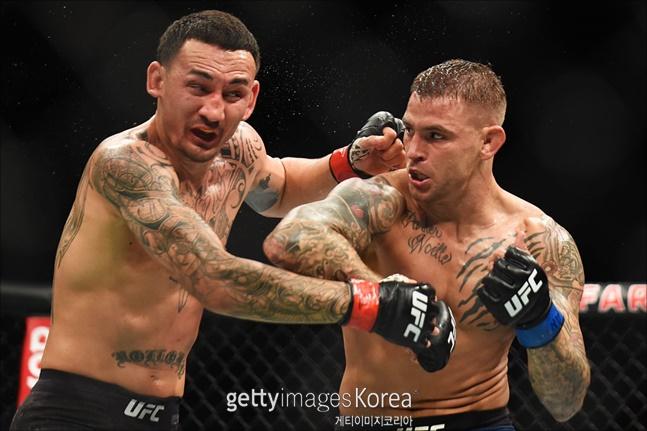 [UFC 235]포이리에(오른쪽)과 할로웨이에 심판전원일치 판정승을 거뒀다. ⓒ 게티이미지