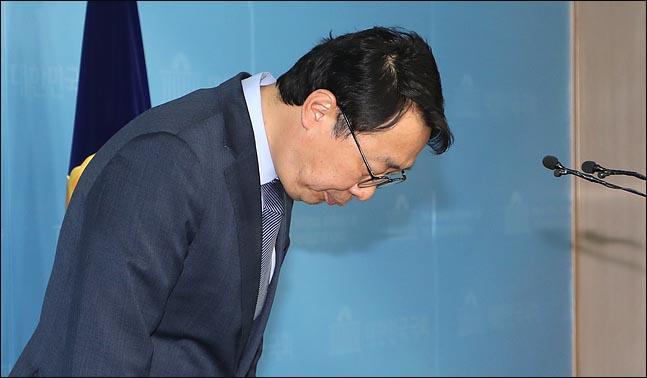 윤영찬 전 청와대 국민소통수석이 15일 국회 정론관에서 더불어민주당 입당과 21대 총선 성남 중원 출마를 밝힌 뒤 인사하고 있다. ⓒ데일리안 박항구 기자