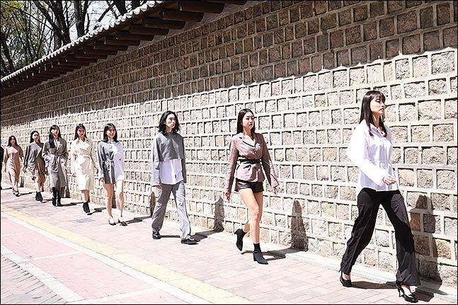 15일 오후 서울 중구 덕수궁 돌담길에서 열린 '서울 365 패션쇼'의 새로운 정기 프로그램인 '스트리트 패션쇼'에 모델들이 런웨이를 하고 있다. ⓒ데일리안 류영주 기자