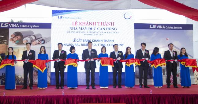구자엽 LS전선 회장(가운데)이 16일 베트남 하이퐁시 생산법인 LS비나(LS-VINA)에서 개최된 전선 소재(구리 도체) 공장 증설 기념식에서 명노현 LS전선 대표(오른쪽에서 여섯번째), 권영일 LS전선아시아 대표(왼쪽에서 네번쨰), 이재영 LS전선 소재사업본부장(오른쪽에서 네번쨰), 주완섭 LS전선 전략기획부문장(오른쪽에서 두번째), 백인재 LS전선 베트남·미얀마 지역부문장(왼쪽에서 두번째) 등 참석자들과 함께 기념테이프 커팅을 하고 있다.ⓒLS전선아시아