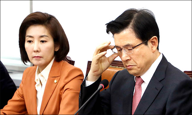 황교안 자유한국당 대표가 17일 오전 국회에서 열린 최고위원-중진의원 연석회의에서 안경을 만지며 굳은표정을 하고 있다.ⓒ데일리안 박항구 기자