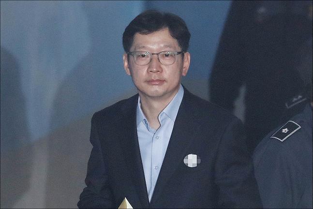 드루킹 댓글 조작에 가담한 혐의로 1심에서 실형을 선고 받고 법정 구속된 김경수 경남지사가 19일 오전 서울 서초구 서울고등법원에서 열린 항소심 첫 공판에 출석하고 있다. ⓒ데일리안 홍금표 기자