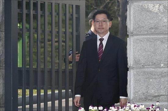 드루킹 댓글조작 사건과 관련해 1심에서 법정구속된 김경수 경남도지사가 17일 오후 경기도 의왕시 서울구치소에서 법원의 보석허가로 77일만에 석방되고 있다. ⓒ데일리안 홍금표 기자