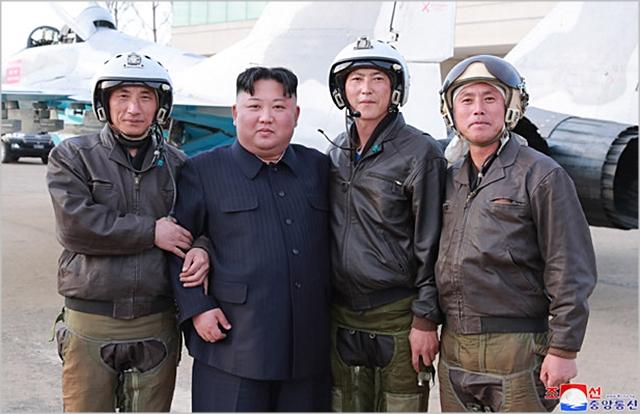 김정은 북한 국무위원장이 지난 16일 공군 제1017군부대 전투비행사들의 비행훈련을 현지 지도하고 있다. ⓒ조선중앙통신
