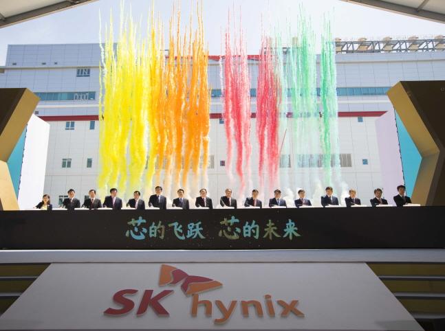 이석희 SK하이닉스 사장(왼쪽에서 아홉번째)이 18일 중국 우시 공장에서 개최된 확장팹(C2F) 준공식에서 궈위엔창 강소성 부성장(왼쪽에서 일곱번째), 리샤오민 우시시 서기(왼쪽에서 여덟번째), 최영삼 상하이 총영사(왼쪽에서 열번째) 등 주요 참석자들과 함께 공장 준공을 알리는 버튼을 누르고 있다.ⓒSK하이닉스