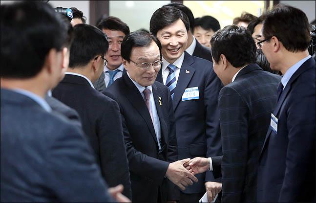 이해찬 더불어민주당 대표가 17일 서울 여의도 당사에서 열린 원외지역위원장 협의회 임시총회에 참석해 원외지역위원장들과 악수를 하고 있다. ⓒ데일리안 박항구 기자
