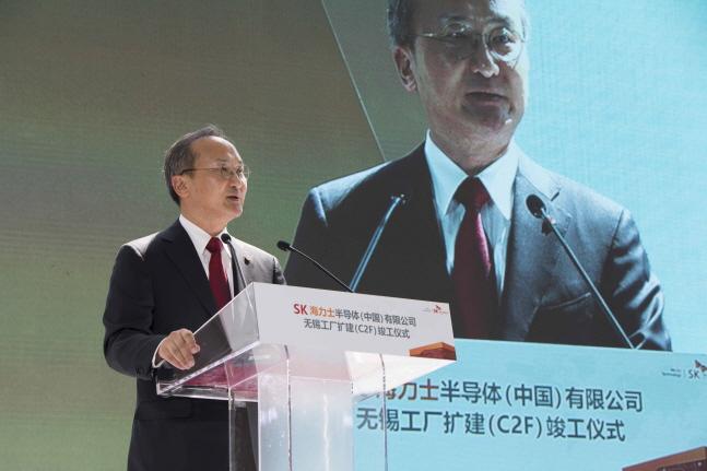 이석희 SK하이닉스 사장이 18일 중국 우시 공장에서 개최된 확장팹(C2F) 준공식에서 환영사를 하고 있다.ⓒSK하이닉스