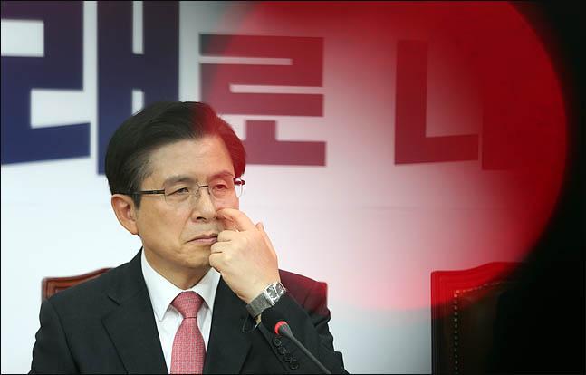 황교안 자유한국당 대표가 지난 17일 오전 국회에서 열린 최고위원-중진의원 연석회의에서 굳은표정으로 얼굴을 만지고 있다.  ⓒ데일리안 박항구 기자